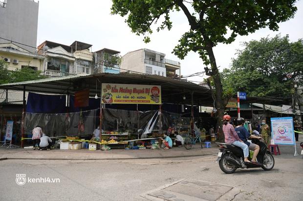 Hà Nội: Chợ dân sinh đầu tiên quây nylon kín mít để phòng tránh Covid-19 khi bán hàng - Ảnh 4.