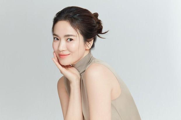 Song Hye Kyo đăng ảnh với cún cưng, vô tình để lộ nhan sắc thật khi để mặt mộc ở nhà giữa mùa dịch - Ảnh 5.