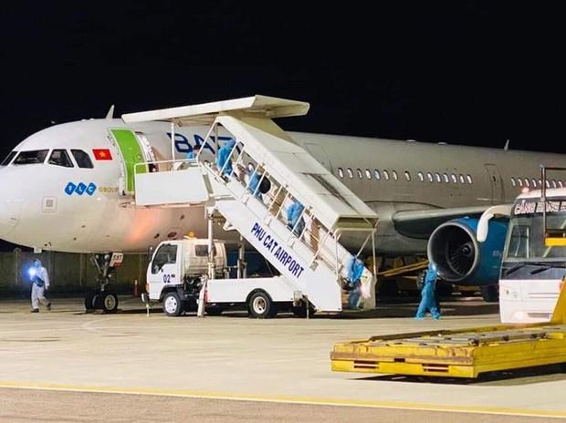 Bình Định thông báo khẩn tìm người trên chuyến bay có 3 ca mắc Covid-19 - Ảnh 1.