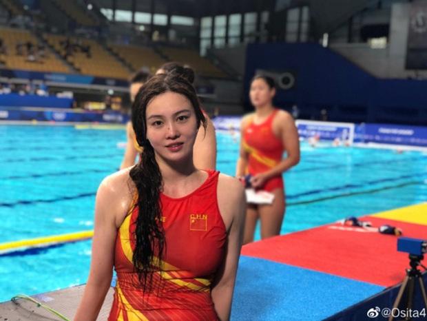 Đội trưởng đội bóng nước nữ Trung Quốc khiến MXH điên đảo chỉ sau 1 bức ảnh thi Olympic với nhan sắc cực phẩm, soi profile lại càng mê mệt - Ảnh 1.