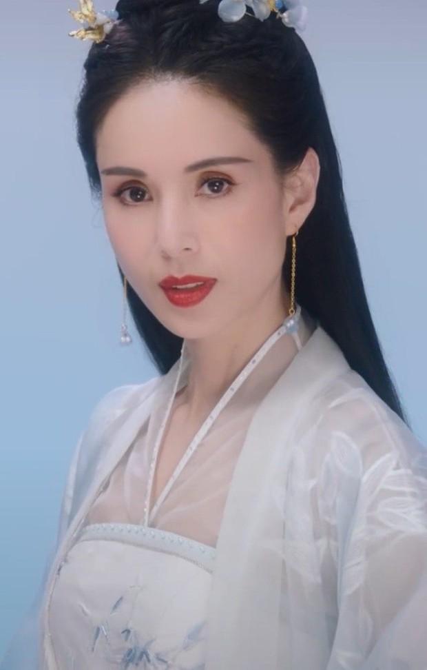Tiểu Long Nữ kinh điển nhất khoe visual trẻ đẹp nức nở ở tuổi 54, lấn át Lưu Diệc Phi với tạo hình hao hao Mộng Hoa Lục? - Ảnh 2.