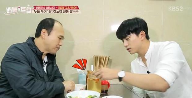 Phát hiện thêm một chàng rể Việt Nam khác: Taecyeon (2PM) nhiệt tình đội nón lá, uống bia Tạ Hiện - Ảnh 1.