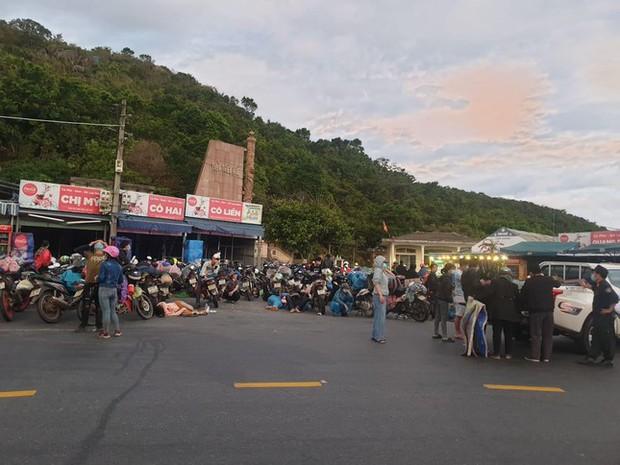 CSGT Đà Nẵng dẹp đường, tiếp sức đoàn xe máy từ TP.HCM vượt đèo Hải Vân về quê - Ảnh 2.