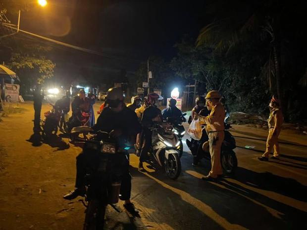 CSGT Đà Nẵng dẹp đường, tiếp sức đoàn xe máy từ TP.HCM vượt đèo Hải Vân về quê - Ảnh 5.