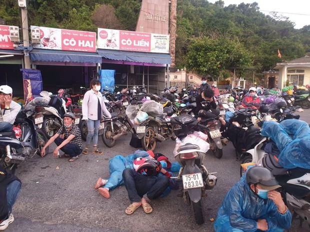CSGT Đà Nẵng dẹp đường, tiếp sức đoàn xe máy từ TP.HCM vượt đèo Hải Vân về quê - Ảnh 7.