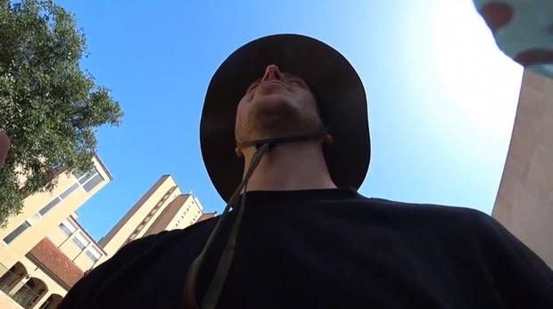 Livestream giữa lúc trời nóng gần 40 độ, nam streamer suýt nữa ngắm gà khỏa thân vì sốc nhiệt - Ảnh 2.
