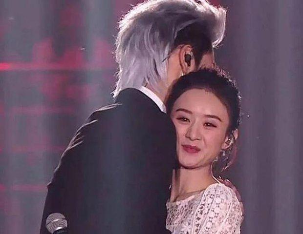 Triệu Lệ Dĩnh từng gượng gạo ra mặt, cố giữ khoảng cách khi nhận cái ôm từ Ngô Diệc Phàm trên sóng truyền hình - Ảnh 3.