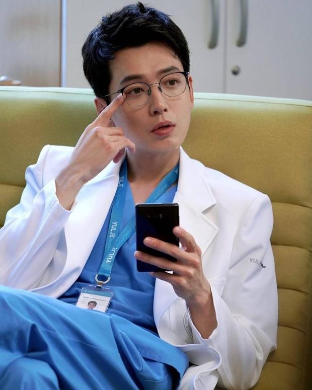 Bác sĩ Jun Wan lộ hint sau máy quay Hospital Playlist, lại còn khiến fan cười té ghế vì một điều trên Instagram - Ảnh 3.