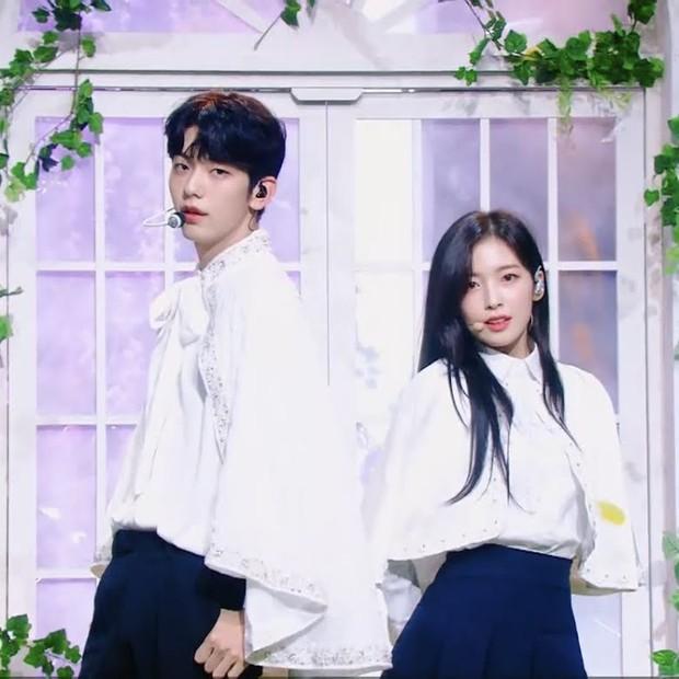 Phát cuồng vì cặp cây sào và nấm lùn ở Music Bank: Em trai BTS Soobin ga lăng đưa đôi chân lịch thiệp giúp Arin đỡ bị dìm - Ảnh 3.