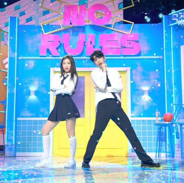 Phát cuồng vì cặp cây sào và nấm lùn ở Music Bank: Em trai BTS Soobin ga lăng đưa đôi chân lịch thiệp giúp Arin đỡ bị dìm - Ảnh 6.
