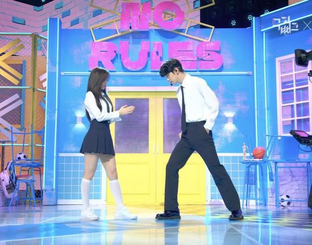 Phát cuồng vì cặp cây sào và nấm lùn ở Music Bank: Em trai BTS Soobin ga lăng đưa đôi chân lịch thiệp giúp Arin đỡ bị dìm - Ảnh 5.
