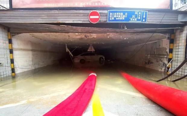 Uống nước mưa cầm hơi suốt 3 ngày 3 đêm mắc kẹt tại hầm xe, người đàn ông sống sót thần kỳ trong trận mưa lũ ngàn năm có một ở Trung Quốc - Ảnh 5.
