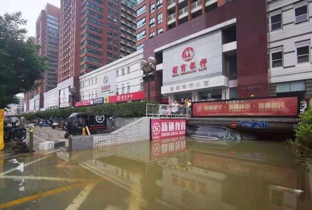 Uống nước mưa cầm hơi suốt 3 ngày 3 đêm mắc kẹt tại hầm xe, người đàn ông sống sót thần kỳ trong trận mưa lũ ngàn năm có một ở Trung Quốc - Ảnh 3.