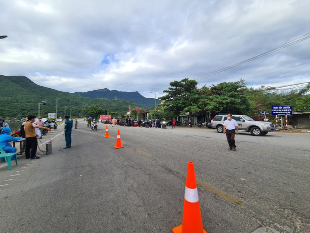CSGT Đà Nẵng tiếp tục hộ tống hàng trăm người từ TP. Hồ Chí Minh về quê bằng xe máy - Ảnh 6.