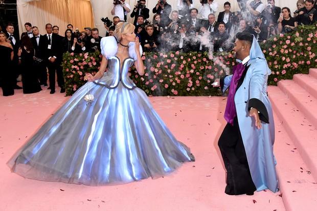 5 bộ váy Lọ Lem kinh điển: Lily James lên đồ như bị tra tấn, Zendaya được hóa phép ngay trên thảm đỏ, bộ váy bình thường nhất lại gây sốt nhất - Ảnh 9.
