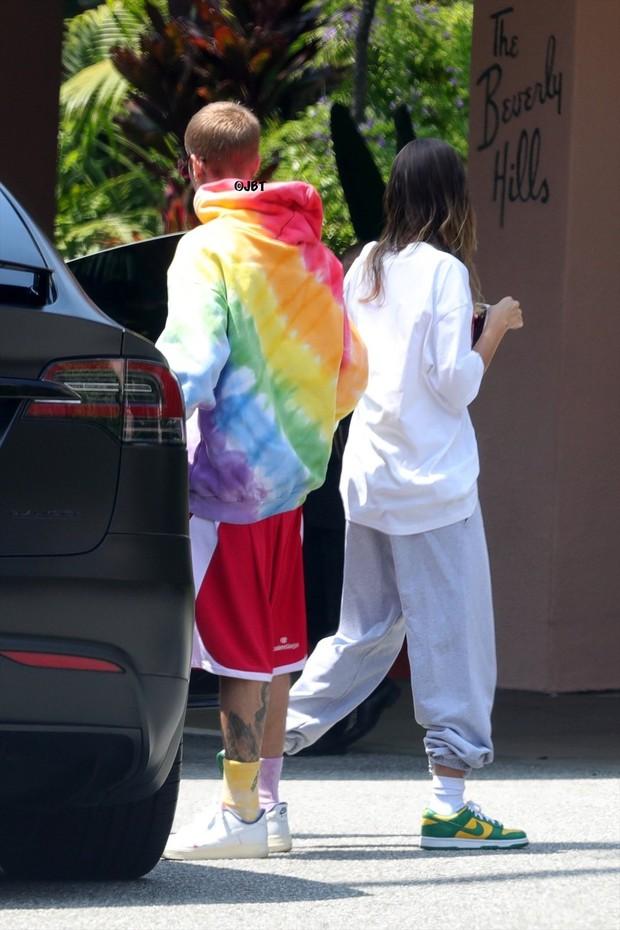 Justin Bieber và bà xã tái xuất sau lùm xùm thái độ la hét, hành động nhỏ nhưng đầy tinh tế của nam ca sĩ gây chú ý - Ảnh 7.