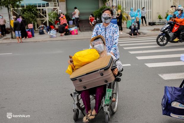 Ảnh: 20 chiếc xe khách giường nằm lăn bánh chở người dân từ TP.HCM về quê Phú Yên - Ảnh 4.