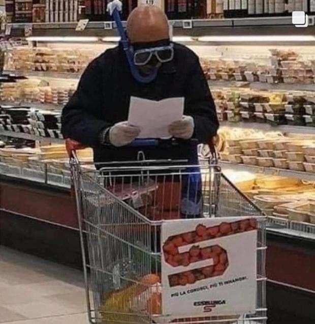 7749 cách chống dịch khi đi mua sắm muốn nhịn cười cũng không được: Đồ bảo hộ dị thế này thì đố ai chơi lại - Ảnh 16.