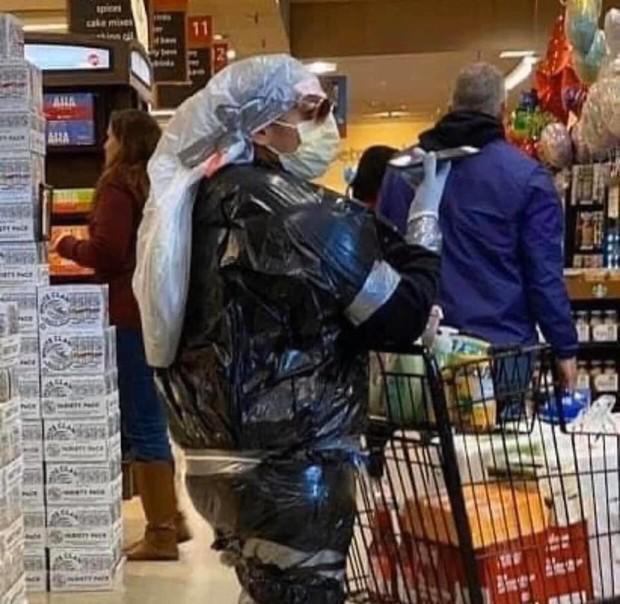 7749 cách chống dịch khi đi mua sắm muốn nhịn cười cũng không được: Đồ bảo hộ dị thế này thì đố ai chơi lại - Ảnh 14.