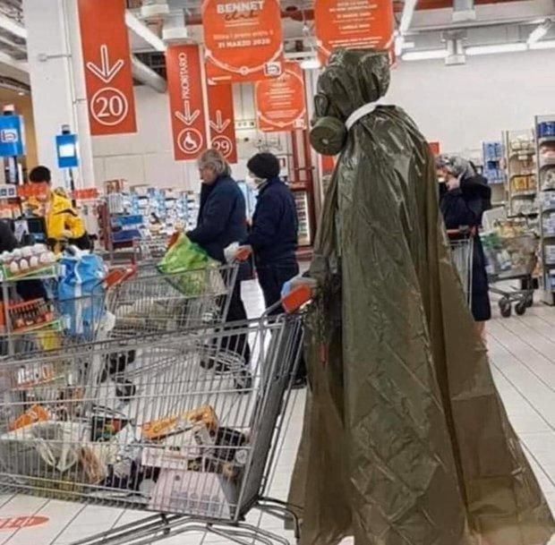 7749 cách chống dịch khi đi mua sắm muốn nhịn cười cũng không được: Đồ bảo hộ dị thế này thì đố ai chơi lại - Ảnh 15.