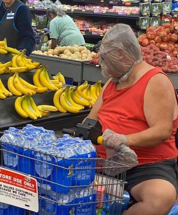 7749 cách chống dịch khi đi mua sắm muốn nhịn cười cũng không được: Đồ bảo hộ dị thế này thì đố ai chơi lại - Ảnh 1.