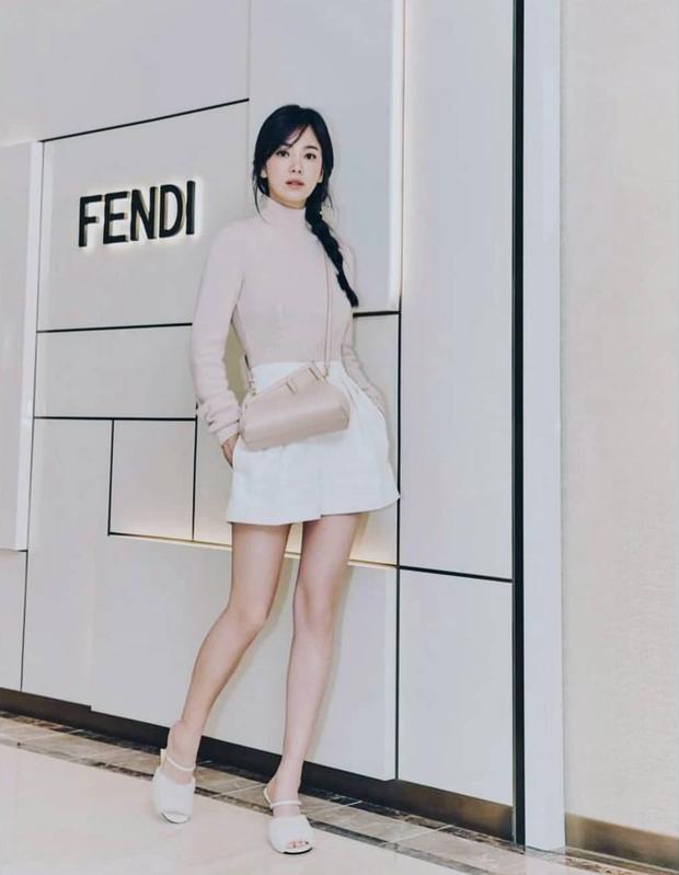 Lịm đi vì Song Hye Kyo dự sự kiện cao cấp: U40 mà tưởng idol 20 tuổi, chân dài và eo siêu nhỏ thế này định đọ với Lisa hay gì? - Ảnh 3.