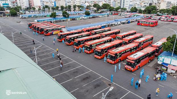 Ảnh: 20 chiếc xe khách giường nằm lăn bánh chở người dân từ TP.HCM về quê Phú Yên - Ảnh 2.