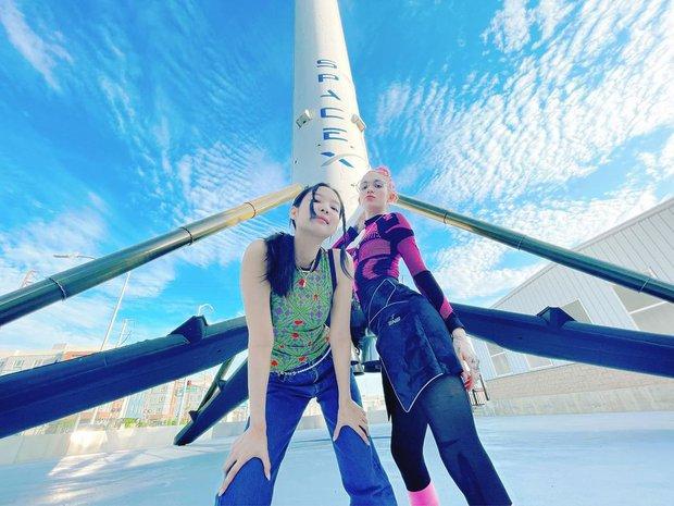 Jennie check-in bên vợ tỷ phú giàu nhất hành tinh, nhưng khung cảnh tên lửa phía sau mới gây choáng: Vươn tầm vũ trụ hay gì? - Ảnh 4.