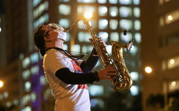 Khi âm nhạc vơi nhẹ nỗi đau: Nghệ sĩ saxophone Trần Mạnh Tuấn biểu diễn tại bệnh viện dã chiến TP.HCM khiến hàng nghìn người xúc động - Ảnh 5.