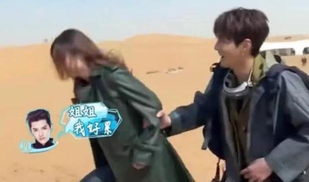Triệu Lệ Dĩnh từng gượng gạo ra mặt, cố giữ khoảng cách khi nhận cái ôm từ Ngô Diệc Phàm trên sóng truyền hình - Ảnh 4.