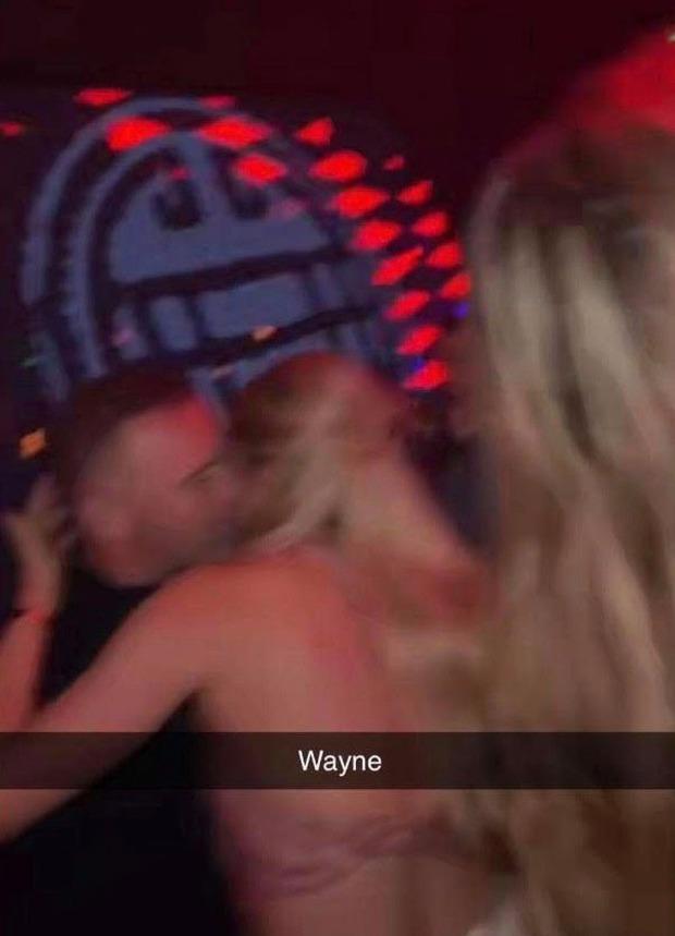 Rooney hoang mang vì bị lộ ảnh thân mật cùng gái lạ trong khách sạn - Ảnh 1.