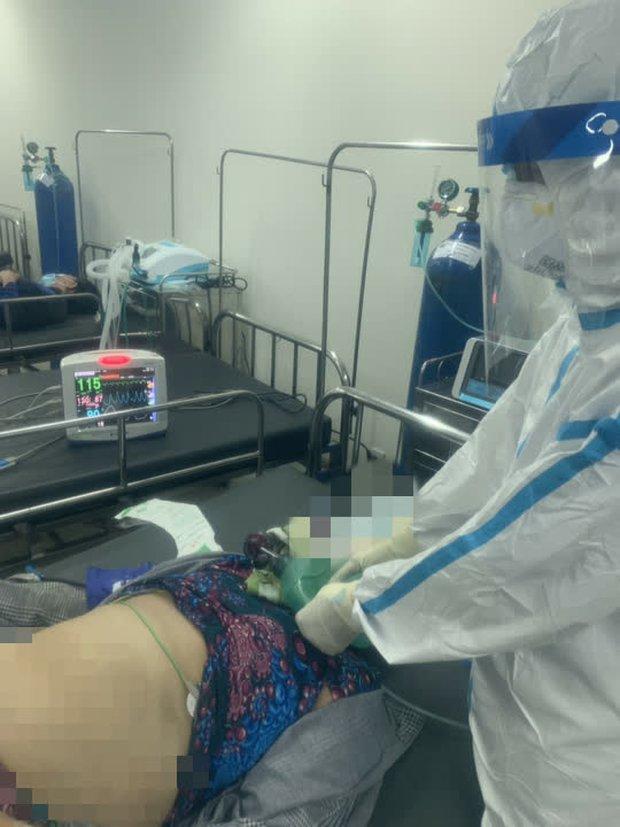 Gần 2 giờ bác sĩ, điều dưỡng tại Bệnh viện dã chiến số 12 thay phiên bóp bóng cứu bệnh nhân - Ảnh 1.