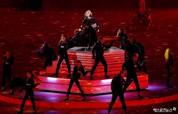 Khi idol Kpop đi diễn sự kiện Olympic: EXO đem dàn xe đua hầm hố lên sân khấu, CL (2NE1) gây tranh cãi vì chọn sai bài? - Ảnh 8.