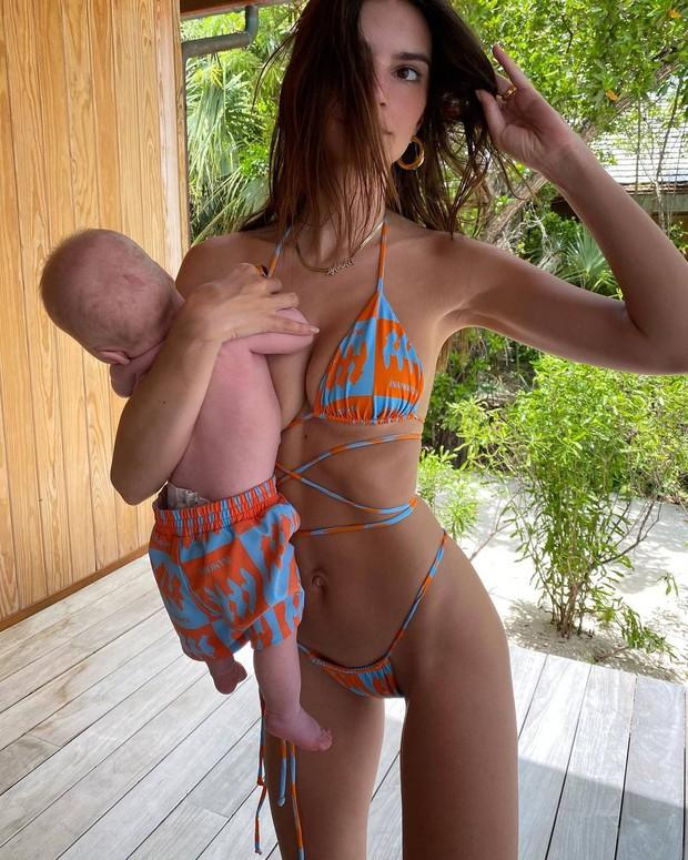 Cô đào siêu vòng 1 Emily Ratajkowski diện bikini hiểm hóc khoe body, ai dè bị netizen chỉ trích vì cách chăm con hời hợt - Ảnh 8.