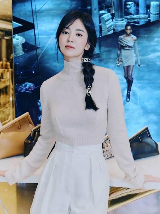 Song Hye Kyo hôm nay trẻ đẹp vô địch, tất cả là nhờ vào combo tóc tết và makeup đạt 100 điểm tròn trĩnh - Ảnh 3.