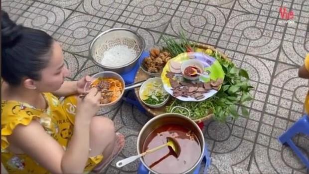 Lê Dương Bảo Lâm bị chỉ trích vì tụ tập đông người ăn bún bò mùa dịch, lời giải thích nghe có hợp lý? - Ảnh 2.