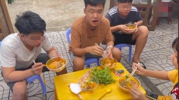 Lê Dương Bảo Lâm bị chỉ trích vì tụ tập đông người ăn bún bò mùa dịch, lời giải thích nghe có hợp lý? - Ảnh 4.