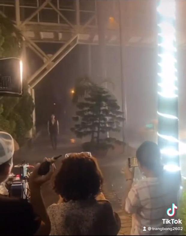 Hé lộ hậu trường xúc động của Hương Vị Tình Thân: Long đi tìm Nam giữa đêm mưa nhưng cô lướt qua như người xa lạ? - Ảnh 2.