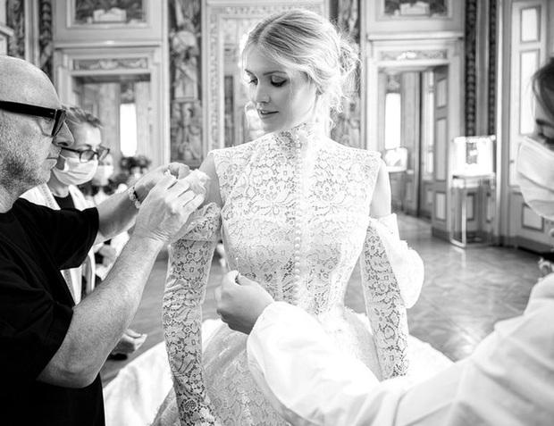 Cháu gái công nương Diana đặt tới 4 bộ váy cưới kinh diễm của D&G, netizen Việt liền có ngay phản ứng trái chiều - Ảnh 2.