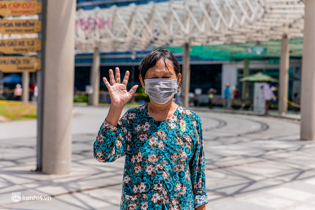 Ảnh: Các cụ già và người nghèo ở Sài Gòn vui mừng vì được tiêm vaccine Covid-19 miễn phí - Ảnh 12.