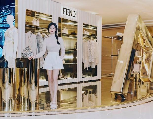 Lịm đi vì Song Hye Kyo dự sự kiện cao cấp: U40 mà tưởng idol 20 tuổi, chân dài và eo siêu nhỏ thế này định đọ với Lisa hay gì? - Ảnh 4.