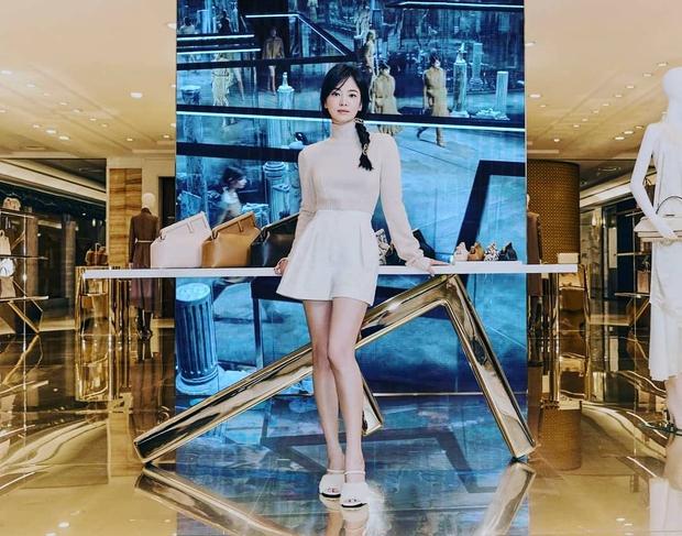 Lịm đi vì Song Hye Kyo dự sự kiện cao cấp: U40 mà tưởng idol 20 tuổi, chân dài và eo siêu nhỏ thế này định đọ với Lisa hay gì? - Ảnh 2.