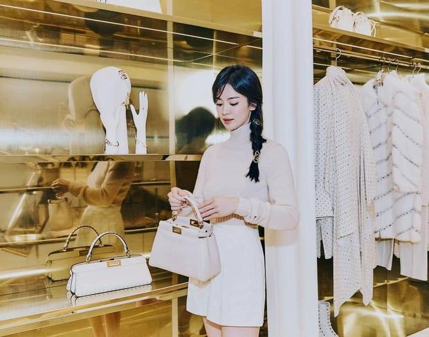 Lịm đi vì Song Hye Kyo dự sự kiện cao cấp: U40 mà tưởng idol 20 tuổi, chân dài và eo siêu nhỏ thế này định đọ với Lisa hay gì? - Ảnh 5.