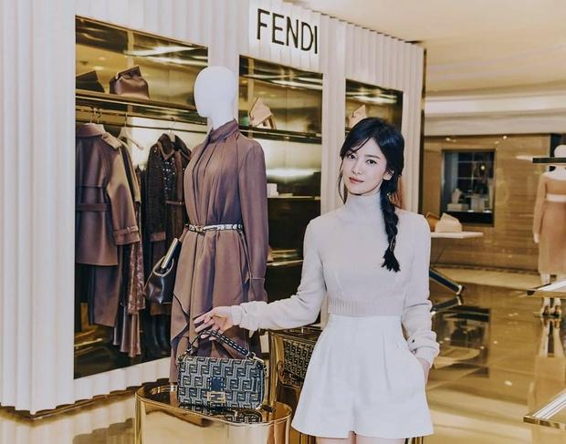 Lịm đi vì Song Hye Kyo dự sự kiện cao cấp: U40 mà tưởng idol 20 tuổi, chân dài và eo siêu nhỏ thế này định đọ với Lisa hay gì? - Ảnh 6.
