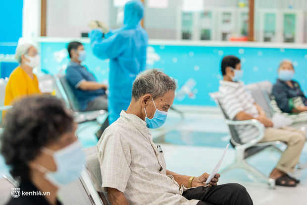 Ảnh: Các cụ già và người nghèo ở Sài Gòn vui mừng vì được tiêm vaccine Covid-19 miễn phí - Ảnh 5.