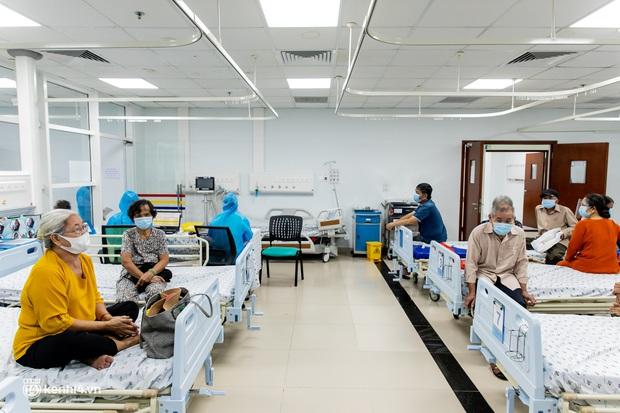 Ảnh: Các cụ già và người nghèo ở Sài Gòn vui mừng vì được tiêm vaccine Covid-19 miễn phí - Ảnh 9.