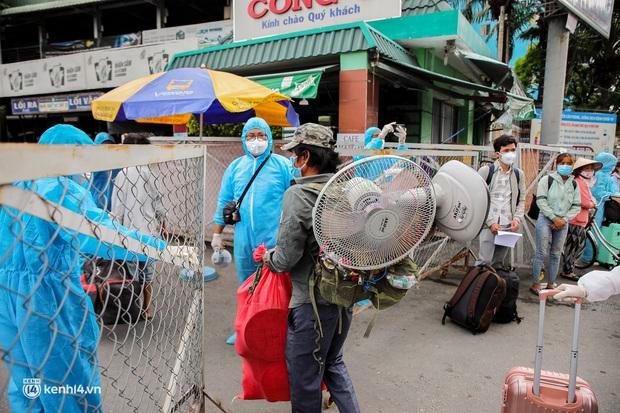 Ảnh: 20 chiếc xe khách giường nằm lăn bánh chở người dân từ TP.HCM về quê Phú Yên - Ảnh 8.