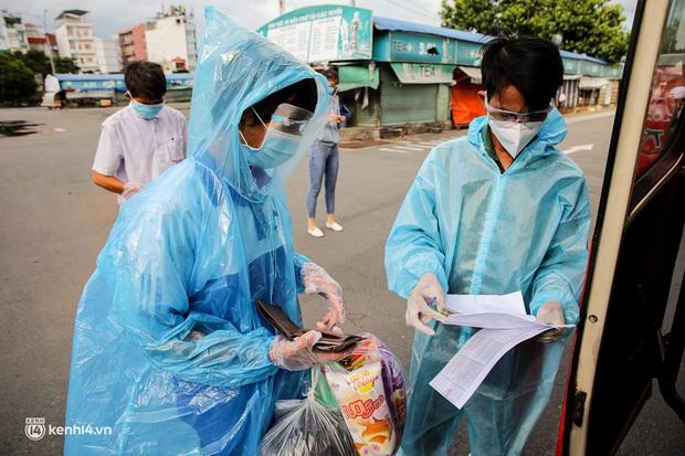 Ảnh: 20 chiếc xe khách giường nằm lăn bánh chở người dân từ TP.HCM về quê Phú Yên - Ảnh 13.