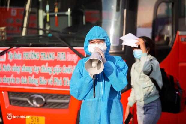 Ảnh: 20 chiếc xe khách giường nằm lăn bánh chở người dân từ TP.HCM về quê Phú Yên - Ảnh 14.