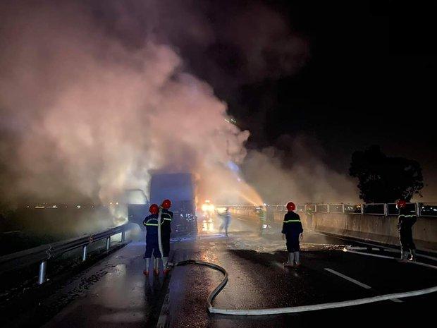 Xe đầu kéo bốc cháy dữ dội trên cao tốc Đà Nẵng - Quảng Ngãi - Ảnh 1.